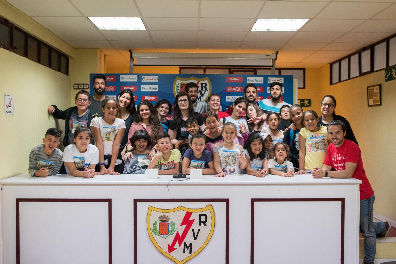Niños y niñas de Vallecas visitan nuestro Estadio